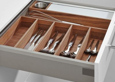 High quality: genuine wood drawer (Nutwood).